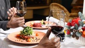 Nowego Roku świąteczny stół Zbliżenie strzał samiec wręcza trzymać szkła z czerwonym winem Bożenarodzeniowa dekoracja na stole z zdjęcie wideo