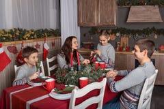 Nowego Roku świętowanie przy rodzinnym wieczór dekorował stół dla rodziców z dziećmi fotografia stock