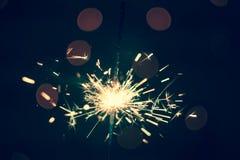 Nowego Roku Bożenarodzeniowy sparkler na ciemnym tle z bokeh zaświeca obrazy royalty free