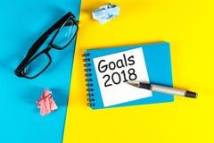 Nowego roku cel, tekst na notepad z biurowymi akcesoriami Biznesowa motywacja, inspiracj pojęcia 2018 celów Zdjęcia Stock