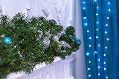 Nowego Roku drzewo dekorował z błękitnymi zabawkami - prezenty i piłki zamazuje Błękitnego bokeh tło dla festiwalu świętowania bo Obrazy Stock