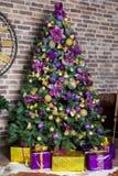 Nowego Roku drzewo dekorujący Boże Narodzenia i nowego roku wnętrze Obraz Royalty Free