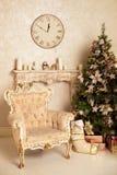Nowego Roku drzewo dekorujący Boże Narodzenia i nowego roku wnętrze Obrazy Royalty Free