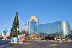 Nowego Roku drzewo przeciw budynkom Tyumen badania naukowego instytut Zdjęcie Royalty Free