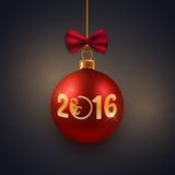 Nowego Roku kartka z pozdrowieniami, pocztówka, dekoracyjny czerwony bauble z złotym tekstem 2016 i małpi symbol, Obrazy Royalty Free