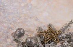 nowego roku karty Nowego roku ` s projekt SilveNew roku karta Nowego roku ` s projekt Srebro, złociste piłki i gwiazdy, r i złoci obraz stock