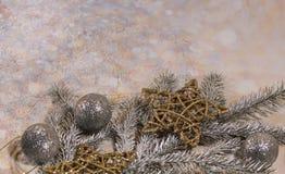nowego roku karty Nowego roku ` s projekt SilveNew roku karta Nowego roku ` s projekt Srebro, złociste piłki i gwiazdy, r i złoci fotografia royalty free