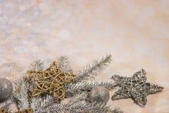 nowego roku karty Nowego roku ` s projekt SilveNew roku karta Nowego roku ` s projekt Srebro, złociste piłki i gwiazdy, r i złoci obrazy royalty free