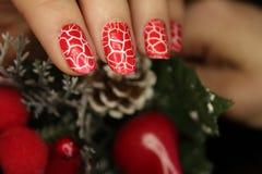 Nowego Roku manicure, boże narodzenie gwoździa kolor, czerwień pękał kolor fotografia stock