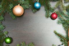 Nowego roku mieszkania układ Bożenarodzeniowe piłki i sosna na drewnianym tle Obraz Stock