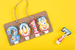 Nowego roku pojęcie - znak na arkanie z wpisowi 2018 robi świeczki i do widzenia 2017 rok Zdjęcie Royalty Free