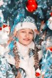 Nowego Roku portret Śnieżna dziewczyna Piękna mała dziewczynka blisko nowego roku drzewa z prezentami i zabawkami zdjęcie royalty free
