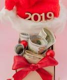 Nowego roku prezenta pudełko z dolarami i inskrypcja 2019 na różowym tle zdjęcia royalty free