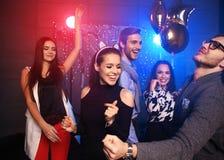 Nowego roku przyjęcie, wakacje, świętowanie, życie nocne i ludzie pojęć, - młodzi ludzie ma zabawa tana przy przyjęciem zdjęcia royalty free