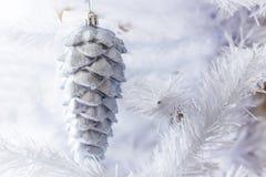 Nowego Roku ` s bawi się obwieszenie na białe boże narodzenia drzewni obraz stock