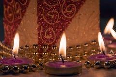 Nowego Roku ` s dekoracja świeczki, koraliki i ornamenty, Zdjęcie Stock