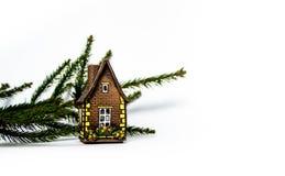 Nowego Roku ` s dom przeciw tłu jedlinowe gałąź zdjęcia stock