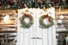 Nowego Roku ` s drzwi z Bożenarodzeniowymi wiankami dekoracje dla wnętrza od choinki zdjęcia royalty free