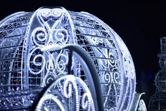 Nowego Roku ` s fracht dekorował z elektrycznymi girlandami biały kolor Obraz Royalty Free