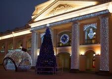 Nowego Roku ` s girlanda na fasadzie Gostiny Dvor fotografia royalty free