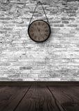 Nowego Roku ` s godziny Round drewniany zegar na starym ściana z cegieł, bokeh skutek, uroczysty, magii światło, nowy rok, boże n zdjęcie stock
