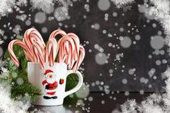 Nowego Roku ` s jedzenia tło Cukierek trzciny w filiżance obraz royalty free