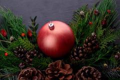 Nowego Roku ` s piłka w świerczynie rozgałęzia się z rożkami Zdjęcie Stock