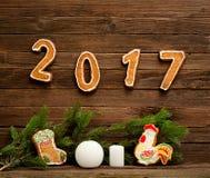 Nowego roku `s pojęcie Miodownik, świerczyny gałąź i numerowy 2017 na drewnianym tle, Obrazy Stock
