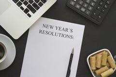 Nowego Roku ` s postanowienia tapetują, puchar ciastka, kawa, laptop, biurowe dostawy obrazy royalty free