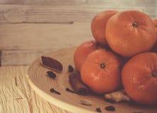 Nowego Roku ` s tangerines na drewnianym talerzu Zdjęcia Stock