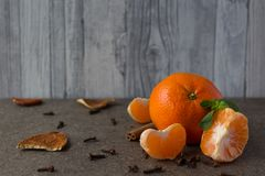 Nowego Roku ` s tangerines na drewnianym talerzu Obrazy Royalty Free