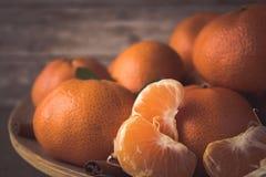 Nowego Roku ` s tangerines na drewnianym talerzu Fotografia Royalty Free