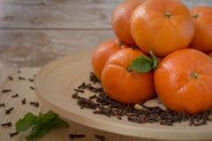 Nowego Roku ` s tangerines na drewnianym talerzu Fotografia Stock