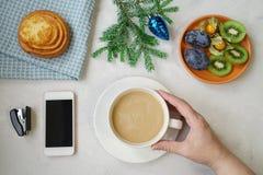 Nowego Roku ` s wciąż życie w biurze Babeczka, kawa z mlekiem, calc Zdjęcia Stock