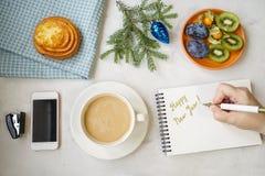 Nowego Roku ` s wciąż życie w biurze Babeczka, kawa z mlekiem, calc Obraz Royalty Free