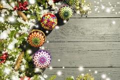 Nowego Roku ` s wianek od zielonej choinki z rożkami na wo Obrazy Royalty Free