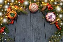 Nowego Roku ` s wianek od zielonej choinki z rożkami na wo Zdjęcia Stock