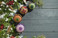 Nowego Roku ` s wianek od zielonej choinki z rożkami na wo Fotografia Stock