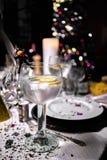 Nowego roku ` s wigilii przyjęcie z szklanym dżin toniki ogórkiem w przedpolu i cytryną Zdjęcie Stock