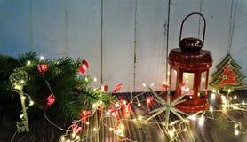 Nowego Roku ` s wystrój Bożenarodzeniowy skład choinka, świeczki, zabawki i faborki, obraz royalty free