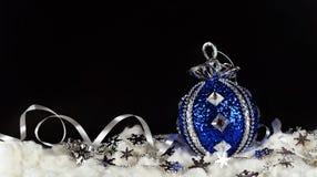 Nowego Roku ` s zabawka na piłce na błękicie Fotografia Royalty Free