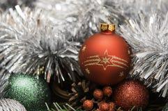 Nowego Roku skład z czerwoną piłką i świecidełkiem Obrazy Royalty Free