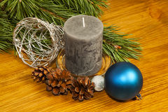 Nowego Roku 2017 skład z jedlinowymi rożkami i świeczka na drewnianych półdupkach Fotografia Royalty Free