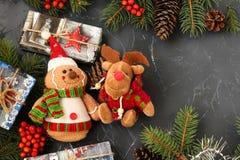 Nowego Roku tło z choinką, rożkami, girlandą, prezentami, zabawkami i viburnum, zdjęcia stock