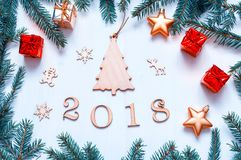 Nowego Roku 2018 tło z 2018 postaciami, boże narodzenia bawi się, błękitna jodła rozgałęzia się Nowego Roku 2018 skład Fotografia Stock