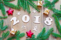 Nowego Roku 2018 tło z 2018 postaciami, Bożenarodzeniowe zabawki, jedlinowe gałąź Zdjęcia Royalty Free