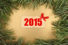 Nowego Roku złota tło Bożenarodzeniowy jedlinowy drzewo i drewniany talerz z tekstem 2015 Fotografia Stock