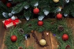 Nowego roku zegar robić jodeł gałąź i nowy rok zabawki na tle pudełko z nowego roku prezentem, zabawkarskie świnie i psy, zdjęcie stock