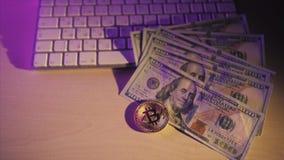 Nowego wirtualnego pieniądze bitcoin Złota moneta i dolary na białej klawiaturze Cryptocurrency Biznes i Handlarski pojęcie zbiory