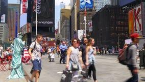 Nowego York letniego dnia times square czerwoni schodki ojcują duffy miejsce 4k usa zdjęcie wideo
